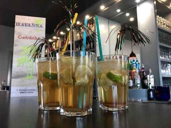 Cocktails mit Meerblick