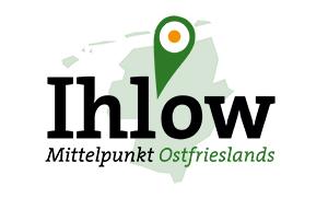"""Das neue Ihlow Logo mit dem Standortzeiger, der abstrakten Ostfrieslandkarte und dem Slogan """"Mittelpunkt Ostfrieslands"""""""