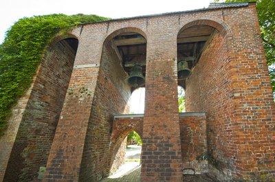 Historische Kirchengebäude aus Backstein sind typisch für Ostfriesland